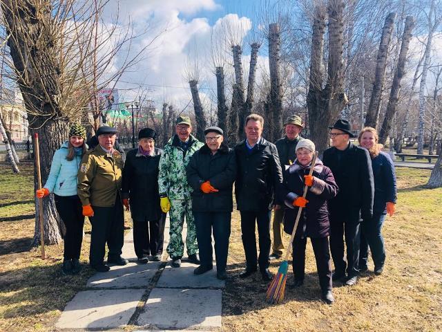 Совет старейшин Томска принимает участие в городском субботнике на Белом озере