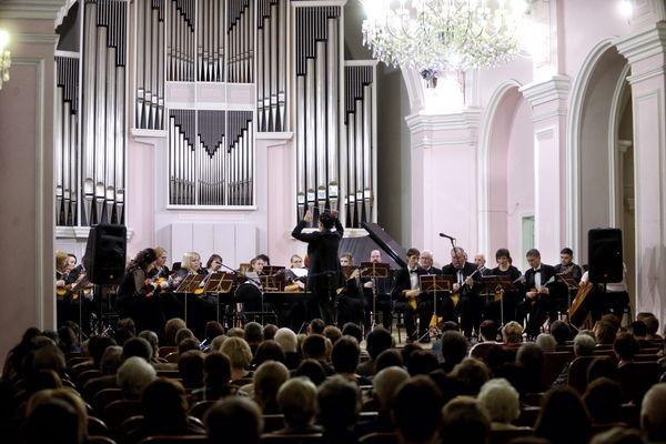 Томский муниципальный русский оркестр получил в подарок бас-гитару и ударную установку