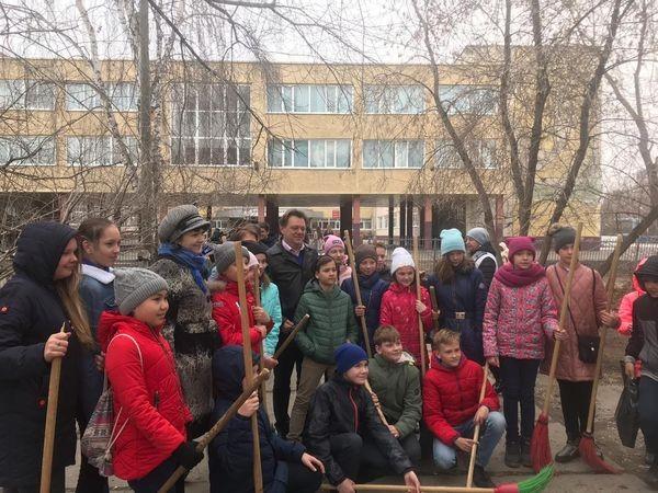 На пришкольных территориях Томска прошли субботники